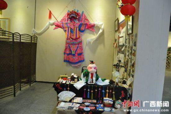 此次展览由2015届中国民艺造型与应用、中国画与水墨动画设计两个专业方向应届本科同学各施七十二变技能倾情创作,呈现饱含所学专业之精华的设计作品。中国民艺造型与应用专业以传承中国传统民间工艺美术为己任,从艺术审美的培养,到造型技巧的训练,兼融现代设计应用于一体。   此次毕业设计作品种类繁多,精彩悦目,既有漆器设计、竹器设计、首饰设计、家居设计等以现代设计理念诠释传统民间美术的作品,又有结合现代电脑技术的三维水墨动画。   从题材内容上来说,此次展览既有倡导传承传统文化的作品,也有结合时代特色、反映社会