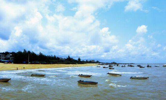 5月22日,广西旅游发展集团与钦州市政府签订《战略合作框架协议》,双方将组建合资公司,共同开发建设钦州三娘湾旅游景区项目,打造三娘湾旅游品牌。   根据协议,广西旅游发展集团在三娘湾的旅游投资项目总概算投资约50亿元。双方组建合资公司后,5年内完成重点合作开发建设项目的投资不少于10亿元。重点依据钦州三娘湾旅游景区总体规划,按照创建国家5A级旅游景区的规划和标准,开发海港文化旅游、建设文化休闲度假区,开发海上观光旅游和海豚表演馆等重点旅游项目,加大对游客集散中心、生态绿地、广场、道路的建设和升级改造,不断