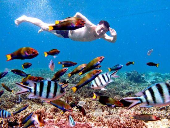 游客在马来西亚热浪岛