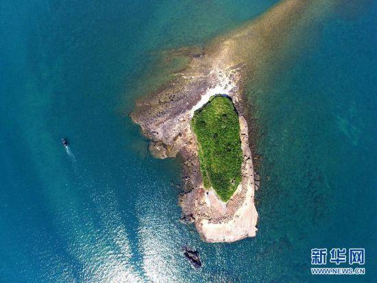 游客乘船游览广西北海涠洲岛.图:黄孝邦