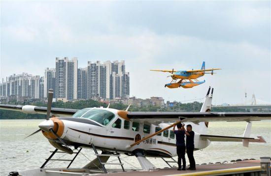 正文    5月26日,在广西柳州市静兰水上基地,水上飞机在柳江上起飞.
