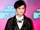 李宇春获全球最佳艺人激动拥抱男主持