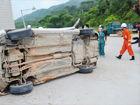 钦州:轿车撞墙侧翻被困司机昏睡(组图)