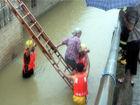 江州暴雨内涝消防冒雨救起6名被困群众