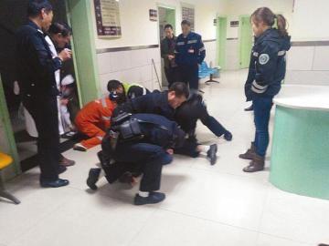 男子酒后肇事医院撒泼被5名警察摁倒(图)