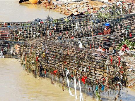 上涨河水退却竹排冲遗留垃圾影响施工(图)