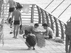 市民深水捕捞执法人员暂扣违章物品(图)