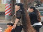 1.6米高姑娘长发着地现街头引人注目(图)