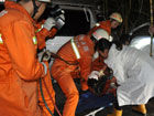 宜州:雾晨两车相撞致1人死2人被困(图)