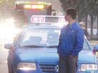 交警依法拍照取证乱停车的哥用身体遮车牌(图)