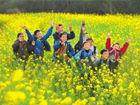 广西:小学生们在油菜花花海中露出笑容(图)