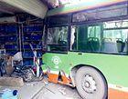 疯狂公交车无人驾驶行走40多米幸无人被撞(图)