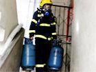 融安民房起火消防官兵徒手提出两个煤气罐(图)