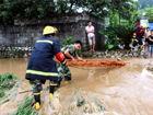 玉林山洪围困村庄消防官兵徒步5公里施救