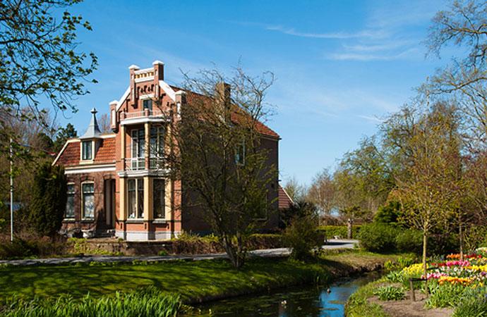 阿姆斯特丹是一个独具特色城市,其开放的文化,浓厚的历史底蕴以及奇特的城市构造每年吸引了近 500 万游客,是欧洲非常著名和受欢迎的旅游城市之一。 神秘一站:阿姆斯特丹性博物馆。荷兰对性的开放不是泛滥,而是对性知识的真正认识,在阿姆斯特丹进性博物馆是一种对知识的尊重。 神秘二站:布满了阿姆斯特丹的水道。全市有160多个水道,并由1000多个桥梁连接而成。漫步在阿姆斯特丹几乎可以看到运河、小桥和小河道,非常美丽。 神秘三站:红灯区的秘密。阿姆斯特丹红灯区在城市的最中心地区,距今900年历史,红灯区域布满